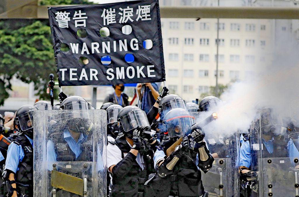 Polizisten setzen Tränengas gegen Demonstranten ein. Foto: dpa
