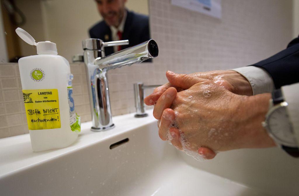 Auch im Landtag steht überall Desinfektionsflüssigkeit bereit. Foto: dpa/Sebastian Gollnow