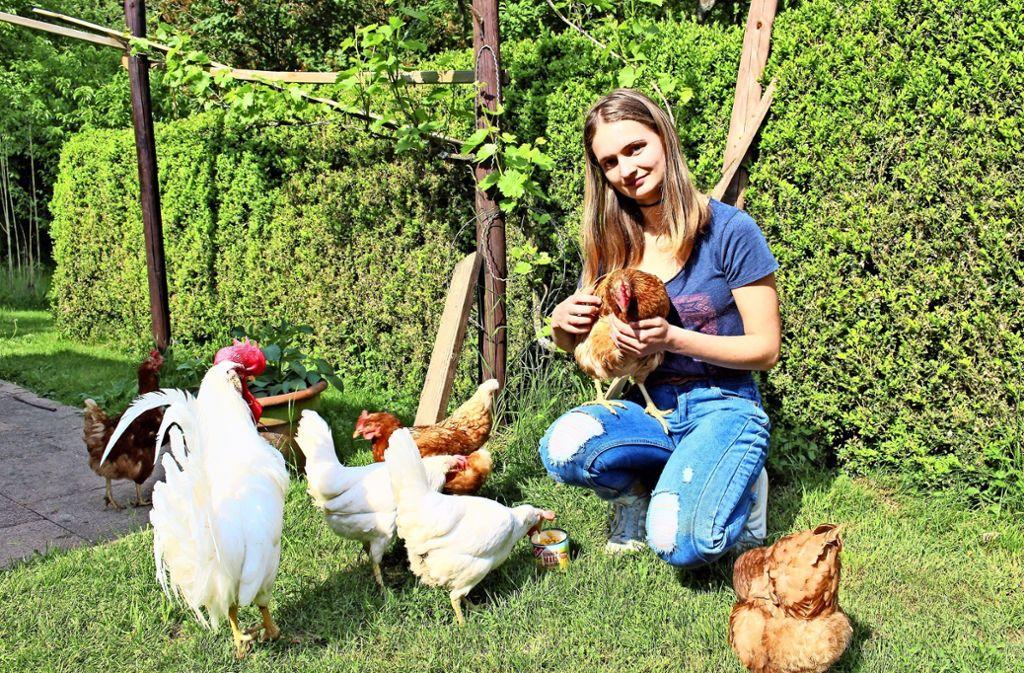 Eine gute Tiermama: Evelin Hafner wollte schon immer Hühner haben. Foto: Caroline Holowiecki