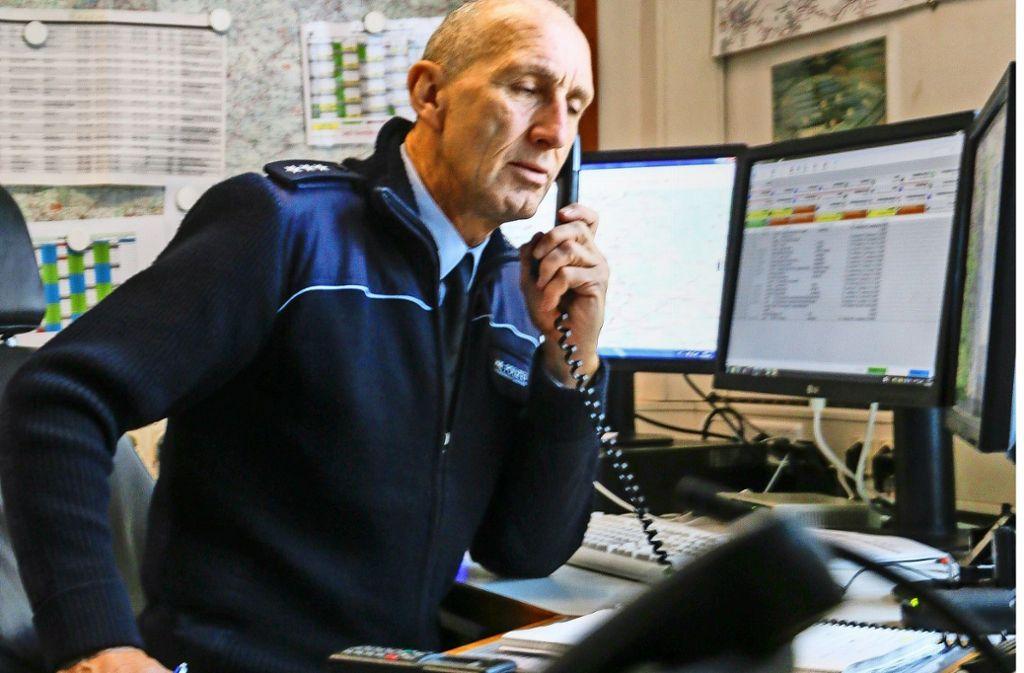 Beim  Leiter der Autobahnpolizeiwache in Stuttgart,  Jürgen Helgert, häufen sich   derzeit  die Anrufe. Gegen den Stress betreibt der 59-Jährige  Triathlon. Foto: factum/Granville, SDMG