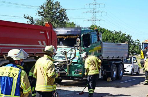 Schwerer Unfall: Fahrer eingeklemmt