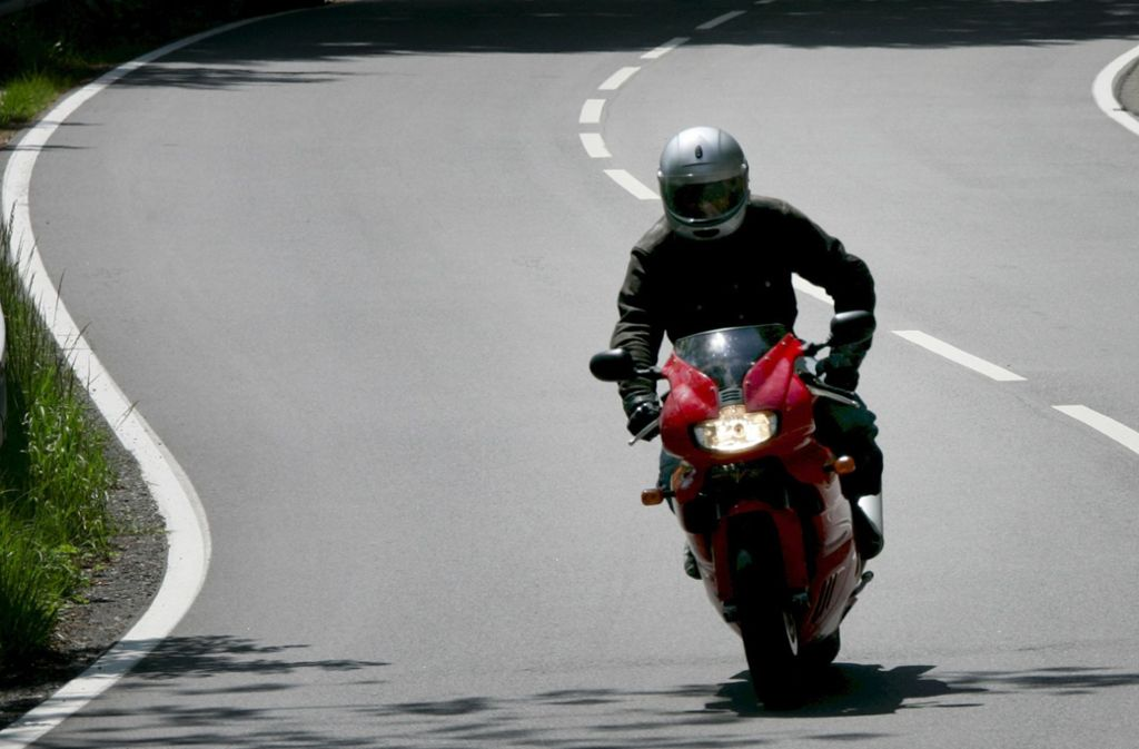 Motorradfahrer sollten besonders achtsam fahren (Symbolbild). Foto: dpa