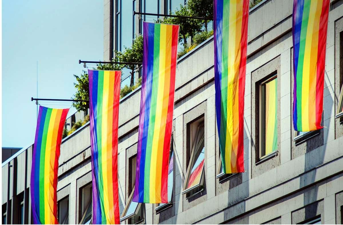 Seit dem Jahr 2007 hängen beim CSD Rainbow-Fahnen wie diese am Stuttgarter Rathaus. Foto: dpa/Wolfram Kastl