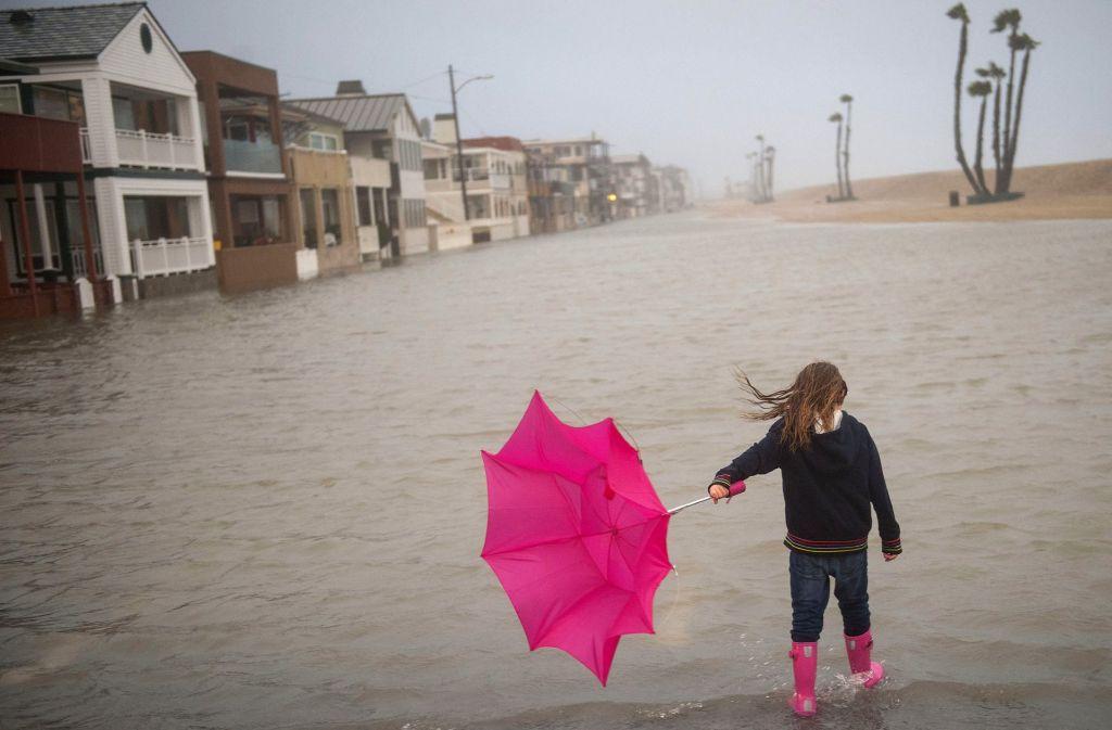 In Kalifornien kämpft ein Mädchen gegen den Sturm an. Foto: dpa