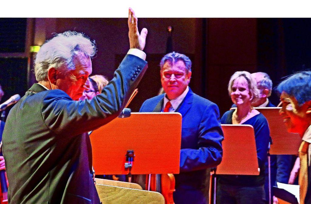 Ein dankbarer Abschiedsgruß des Oberbürgermeisters an den Dirigenten Alexander Adiarte (rechts) und die Mitglieder des Leonberger Sinfonieorchesters. Foto: factum/Simon Granville