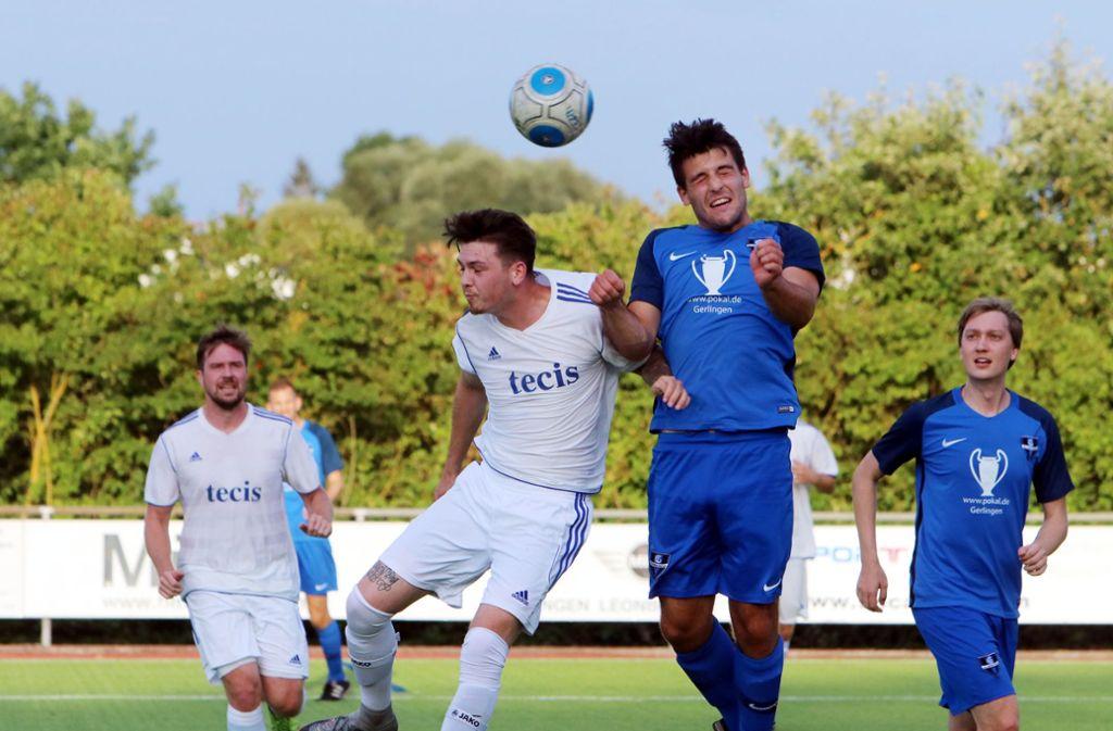 Die Fußballer des FC Gerlingen (blaues Trikot) kämpfen in verschiedenen Ligen um Punkte. Foto: Andreas Gorr
