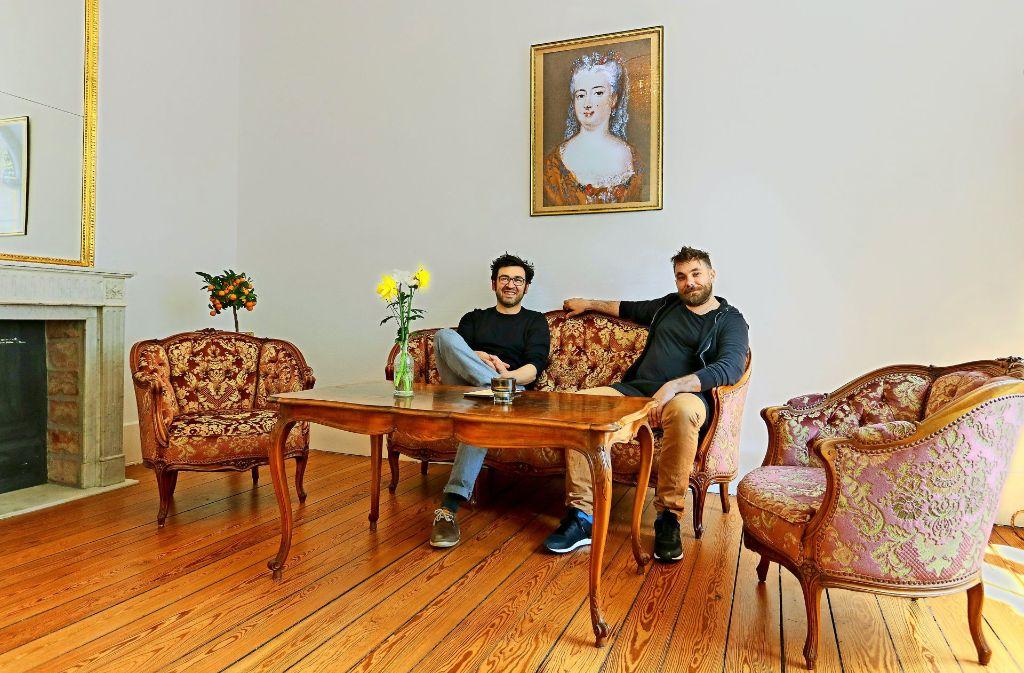 Die beiden  Chefs vom Grävenitz sitzen selbst gern im Kaminzimmer Foto: factum/Granville