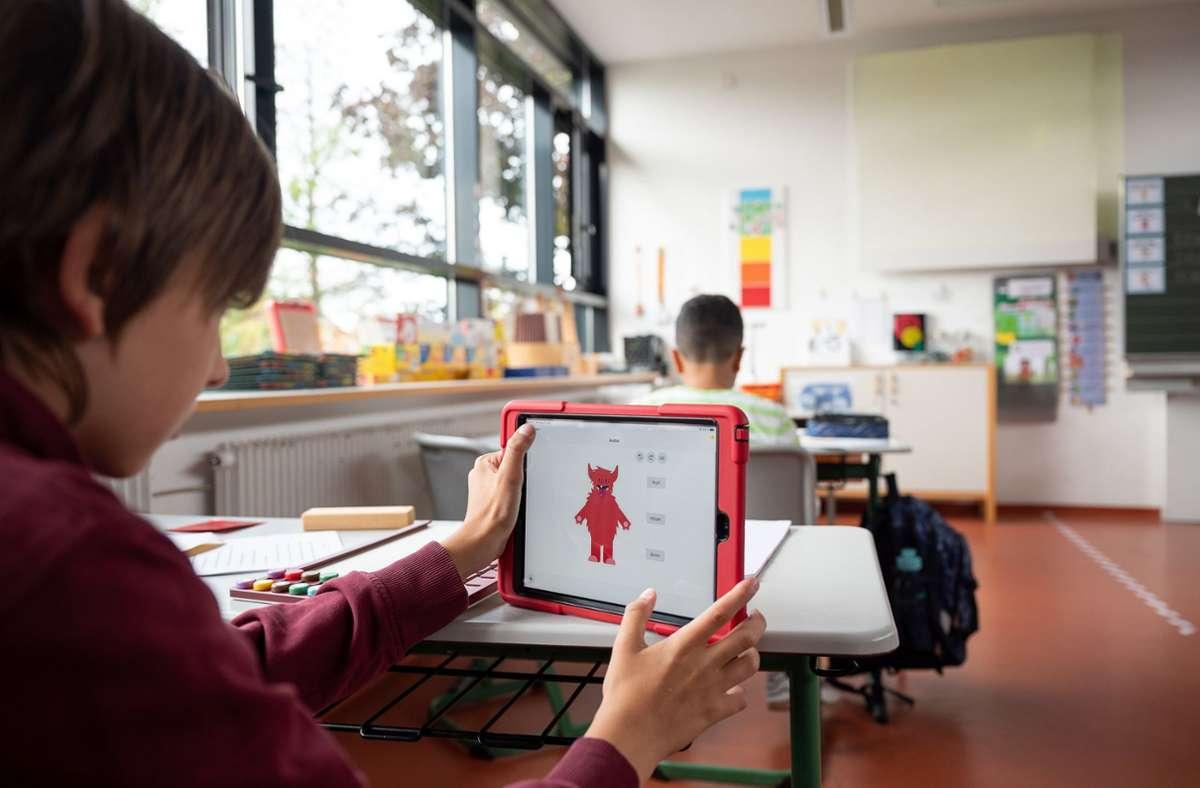 Ein Grundschüler mit einem Tablet (Symbolbild). Foto: dpa/Sebastian Gollnow