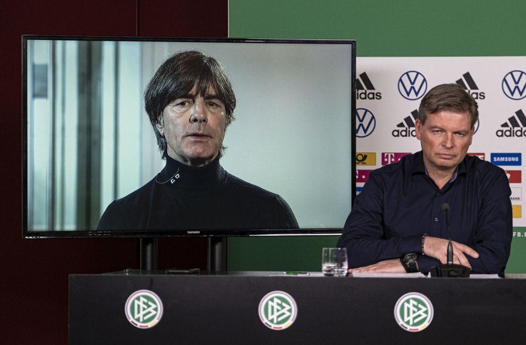 Bundestrainer Joachim Löw (links) und JensGrittner, Pressesprecher der Nationalmannschaft, nehmen an einer Video-Pressekonferenz des Deutschen Fußball-Bundes (DFB) teil. Foto: dpa/Thomas Böcker