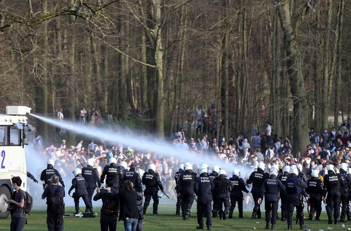 Trotz Verbots hatten sich tausenden Menschen in einem Brüsseler Park eingefunden. Foto: AFP/FRANCOIS WALSCHAERTS