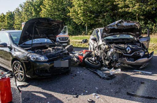 Mehrere Verletzte bei Unfall mit vier Fahrzeugen – B14 blockiert
