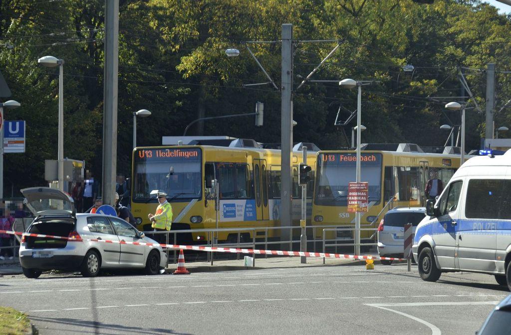 Ein VW Golf ist mit einer Stadtbahn der Linie U13 kollidiert. Foto: Andreas Rosar Fotoagentur-Stuttg