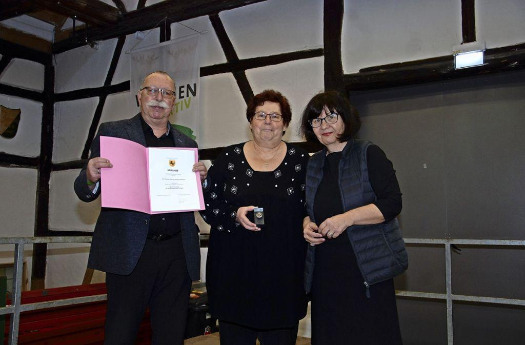 Bezirksvorsteherin  Beate Dietrich (r.) hat    Dagmar und Kurt Hoffmann  die Ehrenmünze der Stadt Stuttgart überreicht. Foto: Kuhn