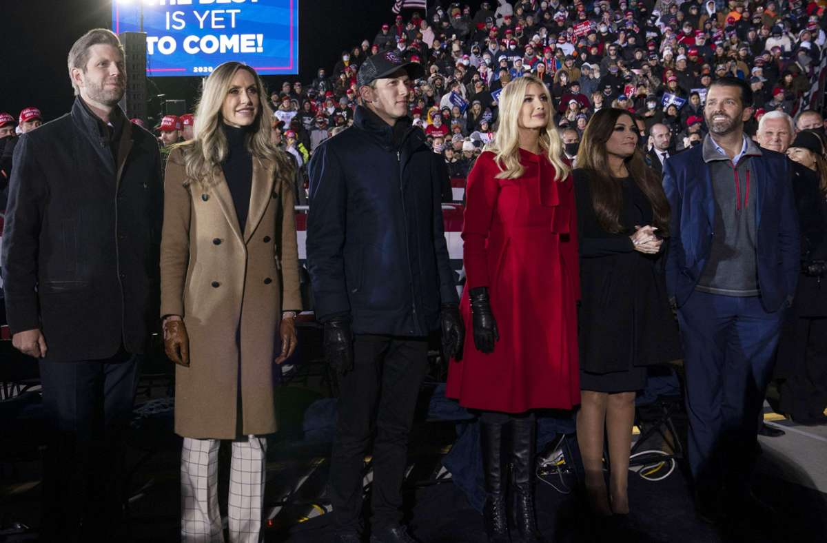 Die zweite Generation: Eric, Lara, Jared Kushner, Ivanka, Kimberly Guilfoyle und Donald Trump jr. (von links). Foto: Evan Vucci/AP/dpa/Evan Vucci