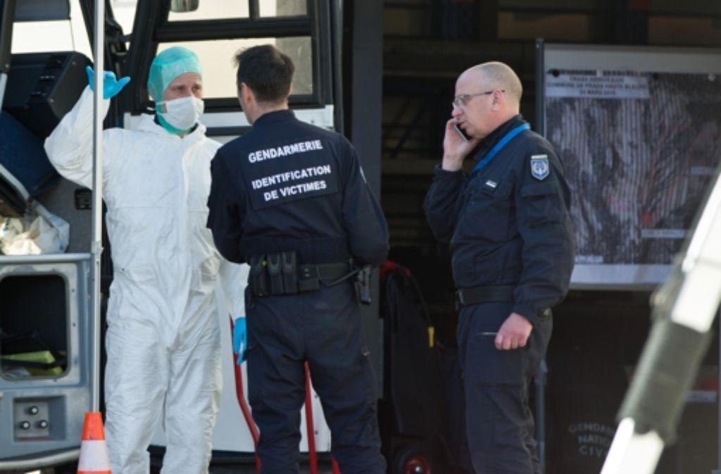 Nach bisherigen Erkenntnissen soll der Copilot der Germanwings-Maschine den Airbus zum Absturz gebracht haben. Französische Ermittler untersuchen nun auch die Möglichkeit eines technischen Defekts. Foto: dpa
