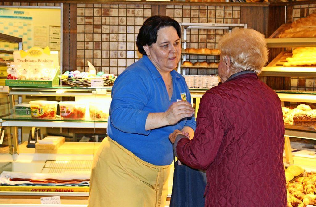 Die Mitarbeiterin Anna Rohleder verabschiedet sich von einer langjährigen Kundin. Foto: Jacqueline Fritsch