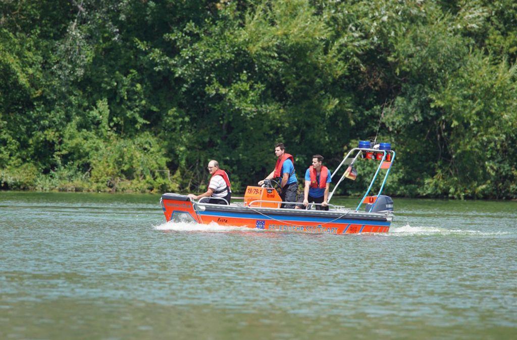 Die Rettung naht: Bei einem Schulausflug auf dem Stuttgarter Max-Eyth-See ist am Montag ein Boot gekentert. Foto: Andreas Rosar Fotoagentur-Stuttg