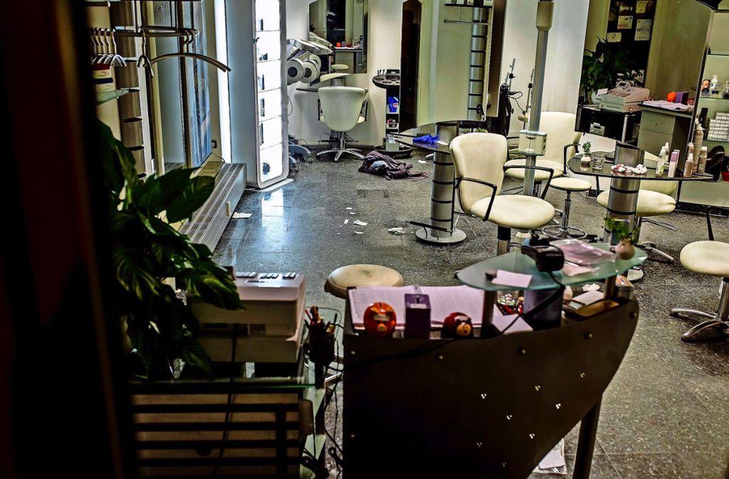 So sah der Tatort nach dem Angriff aus: Die 18-jährige Frau ist in dem Friseursalon in Pleidelsheim angestellt, sie überlebte die Attacke auf sie schwer verletzt. Foto: KS-Images