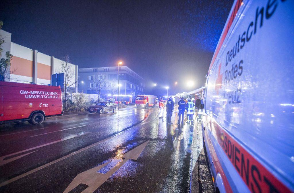 Vor dem Kirchheimer Nanz-Center in der Stuttgarter Straße versammelte sich ein Großaufgebot von Einsatzkräften. Foto: 7 aktuell