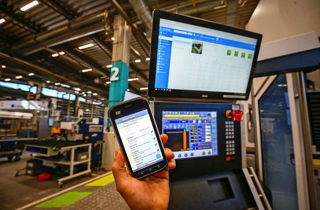 Zeit ist Geld, um im internationalen Wettbewerb zu bestehen – auch beim Laserspezialisten  Trumpf.    Kurzfristige Eilaufträge bekommen die Mitarbeiter auf ein Smartphone-ähnliches  Handgerät. Foto: factum/Granville