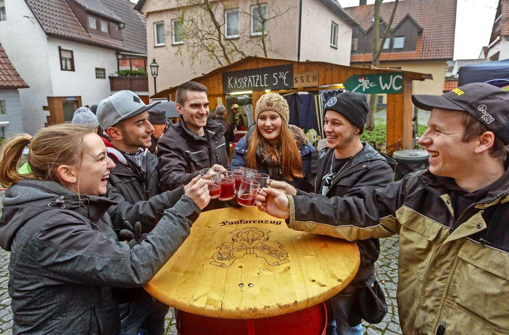 Prost! In der Hofstättgasse servieren die Skizunft, die Abteilung Fußball und der Fanfarenzug ihre Köstlichkeiten. Foto: factum/Bach