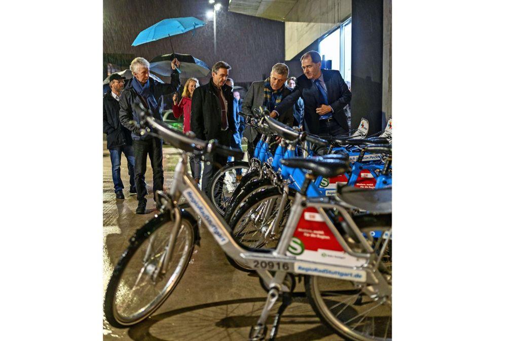 Martin Killinger (rechts) erläutert das System der Regioräder. Foto: factum/Jürgen Bach