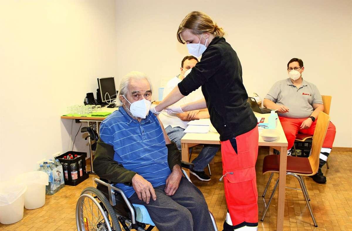 Als Erster bekommt der 88-jährige Josef Pötzel seine Impfung. Foto: Caroline Holowiecki