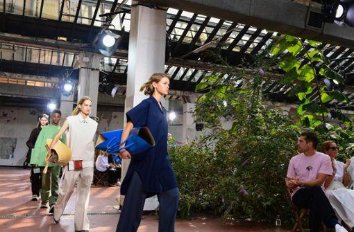 Jil Sander bringt Plateau-Schuhe und Uniform-Look zurück
