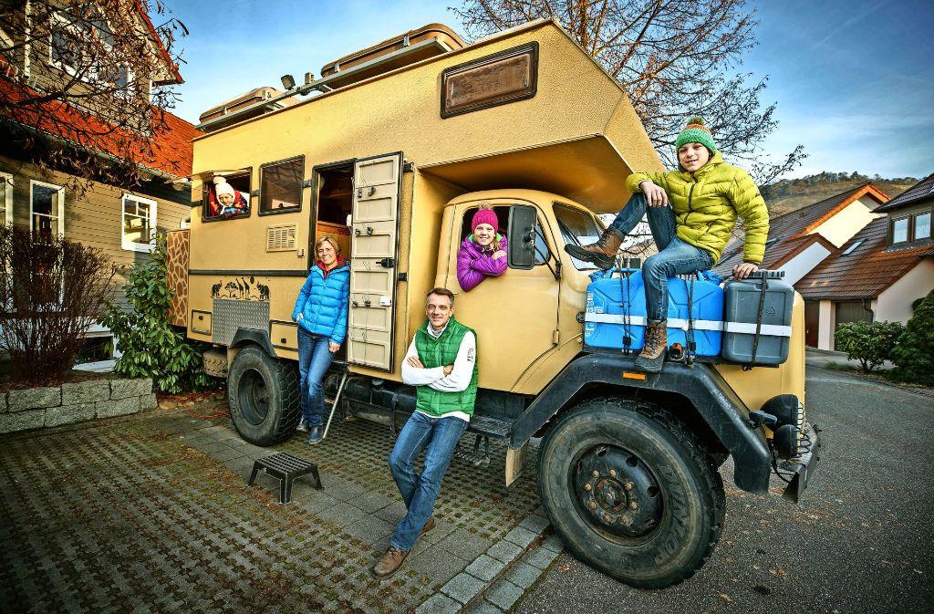 """Zurück in der kühlen Heimat: Die Schmiders mit ihrem  50 Jahre alten Lastwagen """"Onkel Deutz"""" Foto: Gottfried Stoppel"""