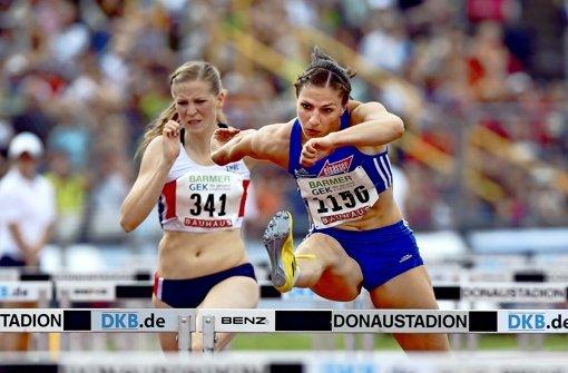 Hoch das Bein: Nadine Hildebrand (re.) ist in ihrem Element. Foto: Pressefoto Baumann