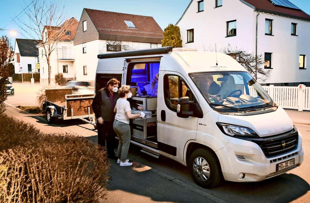 Das Menü   fürs fahrbare Wohnzimmer: Mit Handschuhen und FFP2-Maske wird in Möhringen serviert. Foto: Lg/Ferdinando/ Iannone