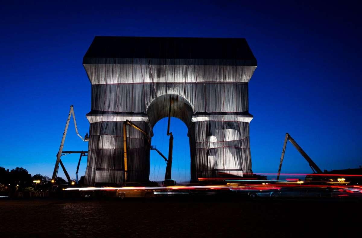Der Arc de Triomphe ist fertig verhüllt. Foto: dpa