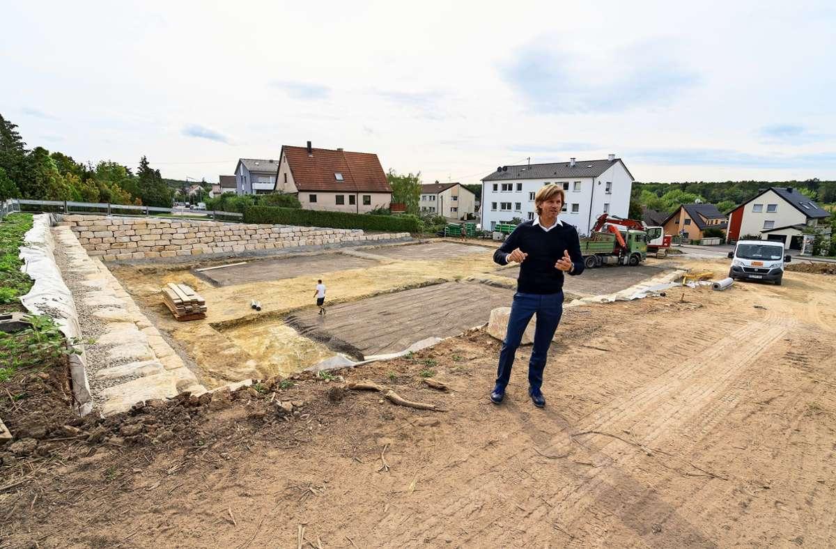 Christian Benzing steht auf der Baustelle in der Schwieberdinger Straße. Foto: factum/Jürgen Bach