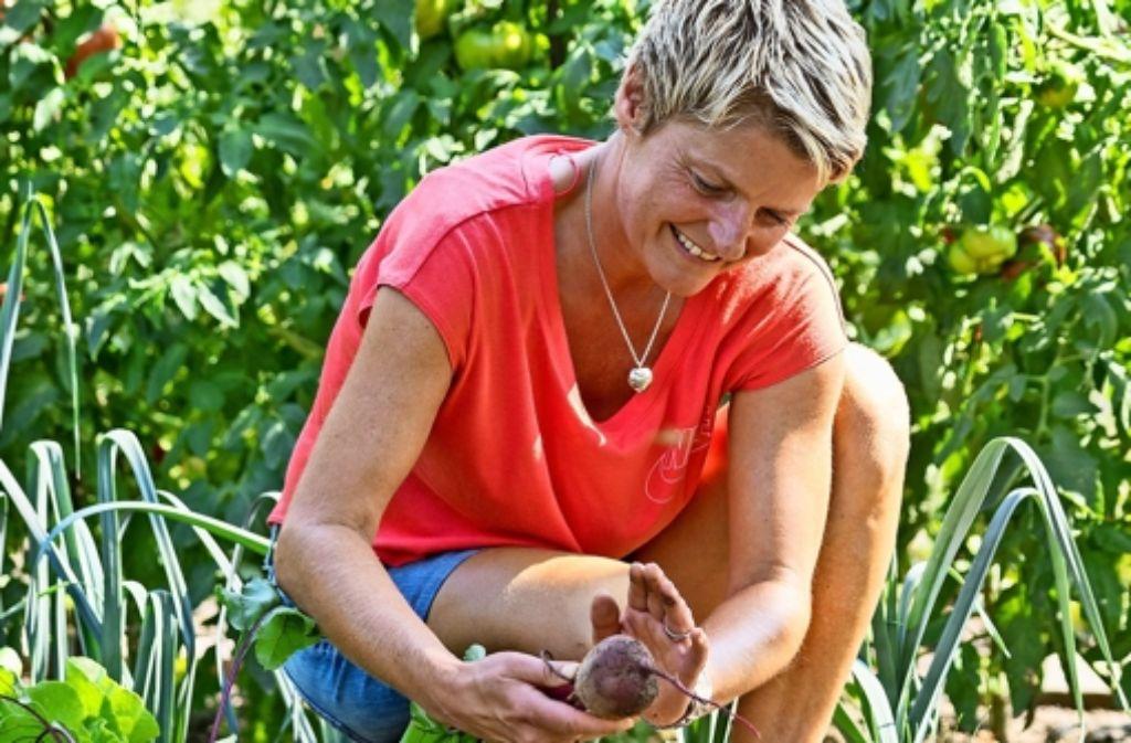 Gabriele Lendle freut sich an ihrem Garten in Korntal. Viele Zutaten ihrer Speisen gedeihen hier. Foto: factum/Weise
