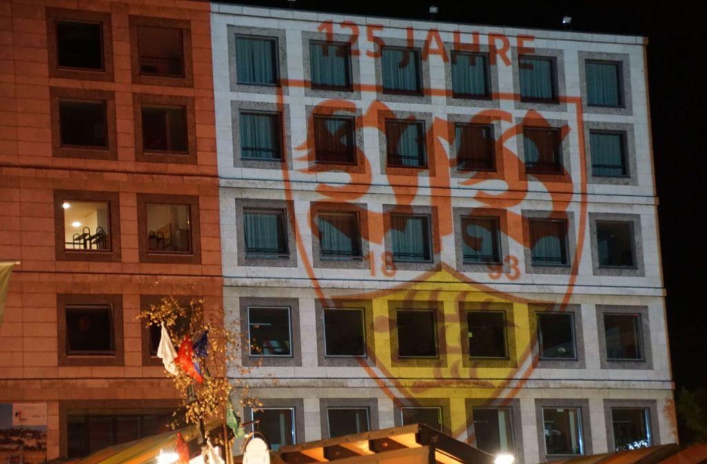 Fassade und Turm des Rathauses leuchteten am Samstagabend in rotem Licht. Foto: SDMG