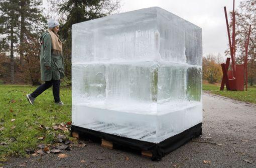 Künstler vergräbt Eisblock