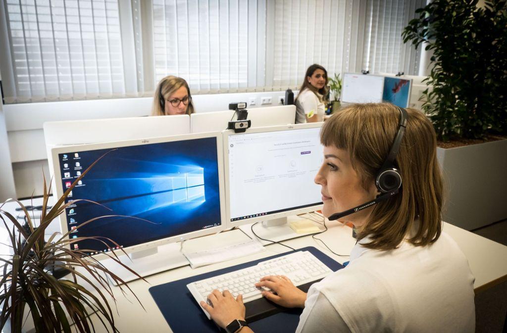 In einem Callcenter gehen die Anrufe der Patienten ein. Dort werden die Daten  aufgenommen und an die Teleärzte weitergeleitet Foto: Lichtgut/Achim Zweygarth