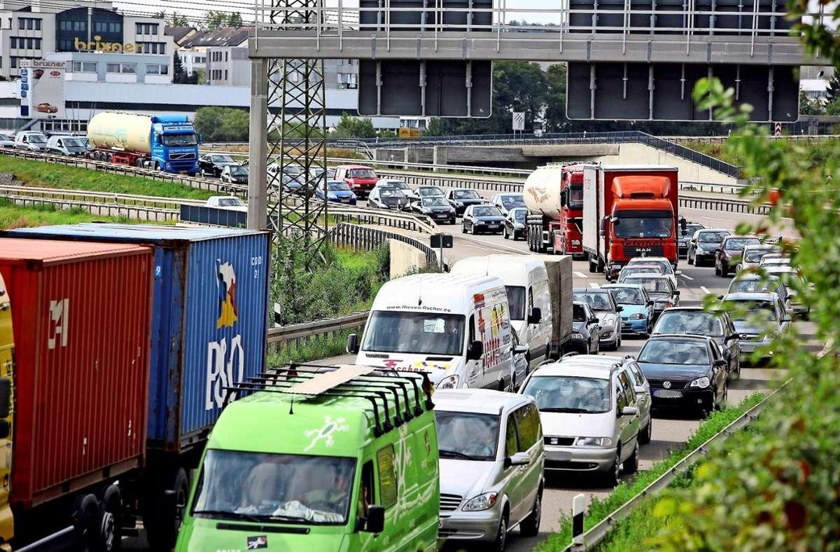 Weil sich der Verkehr häufig staut, soll die B27 ausgebaut werden. Doch die kritischen Stimmen mehren sich. Foto: Steinert