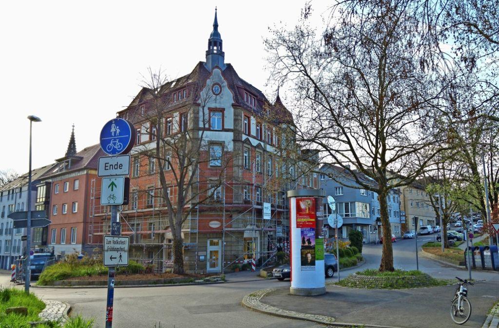 Dieser Bereich am Schwanenplatz wird umgestaltet. Nach links geht es zum Leuze, nach rechts zum Mineralbad Berg, auf der Fläche rechts werden Wohnungen gebaut. Foto: Jürgen Brand