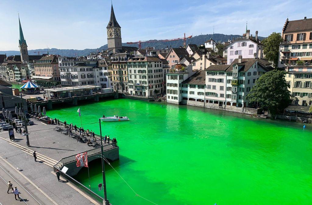 Dieses von der Stadtpolizei Zürich zur Verfügung gestellte Foto zeigt die von Unbekannten in Grün eingefärbte Limmat. Die Behörde  hat umgehend Ermittlungen eingeleitet. Foto: Stadtpolizei Zürich/dpa