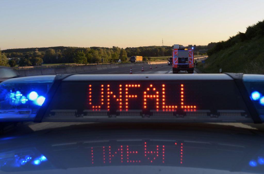 Die Polizei meldet einen tödlichen Verkehrsunfall auf der A6. Foto: dpa