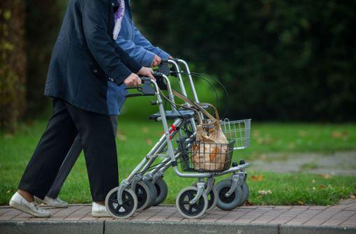 Rentnerin rammt Auto mit Rollator