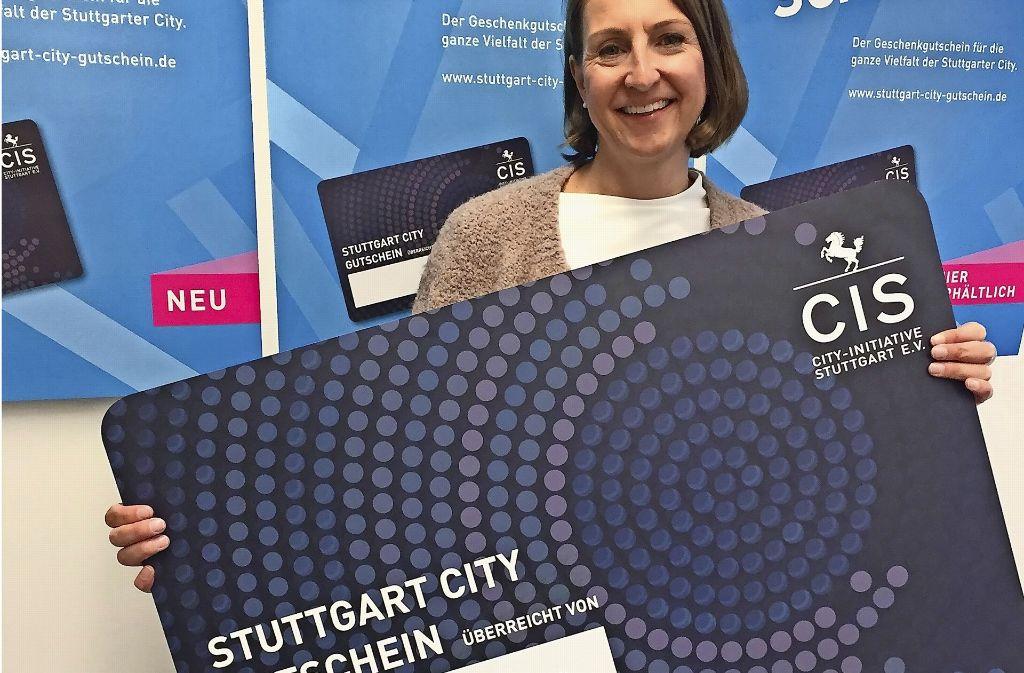 City-Managerin Bettina Fuchs mit dem neuen Geschenkgutschein der CIS. Foto: Haar
