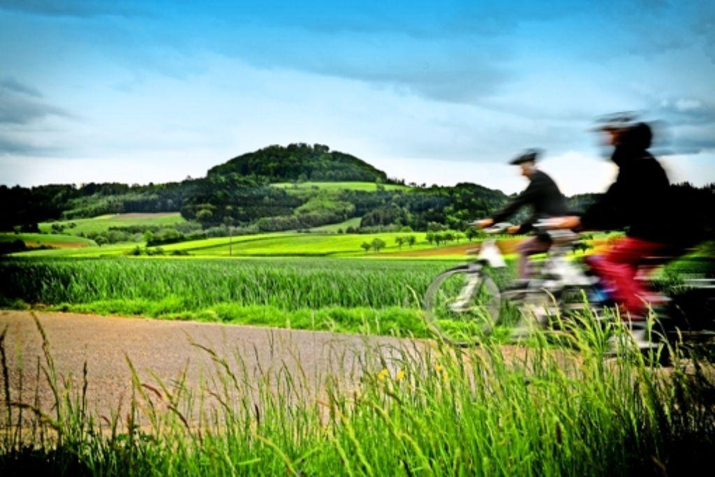 Grandioser Blick in Richtung Hohenstaufen – die Radler müssen auch  auf unbefestigtem Boden fahren. Ein Rennrad ist für diese Etappe nicht zu empfehlen. Foto: Horst Rudel