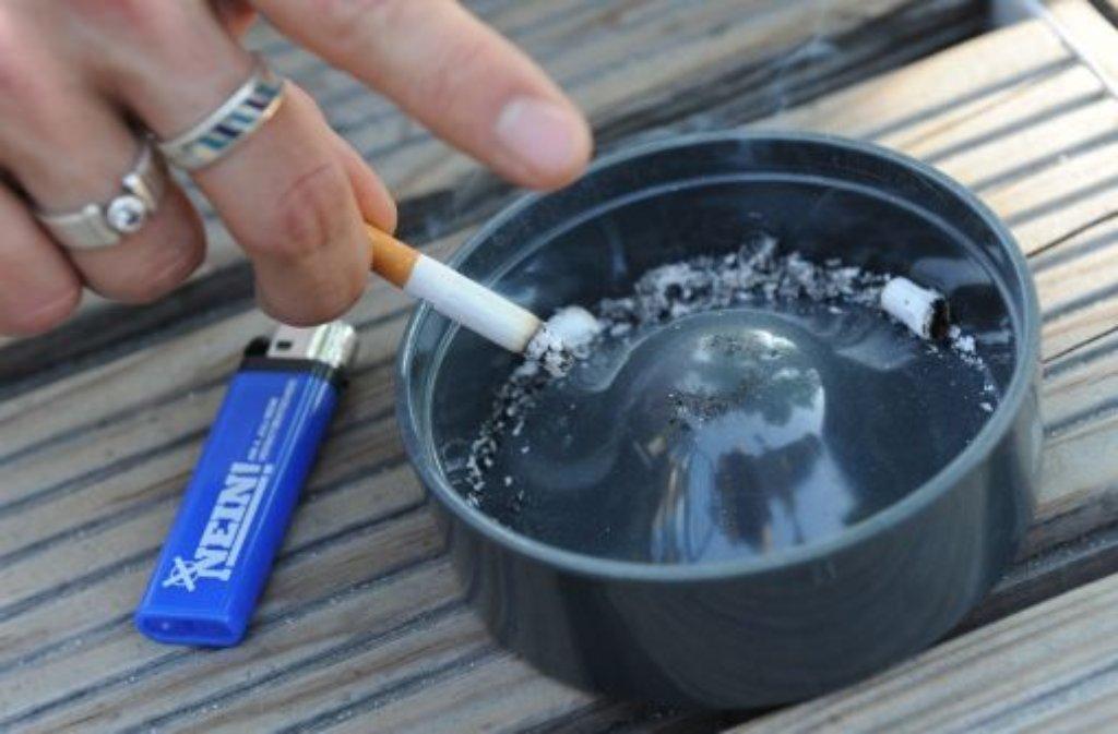 Der Griff zur Zigarette - wie werden Nichtraucher vor dem Passivrauchen bewahrt? Foto: dpa