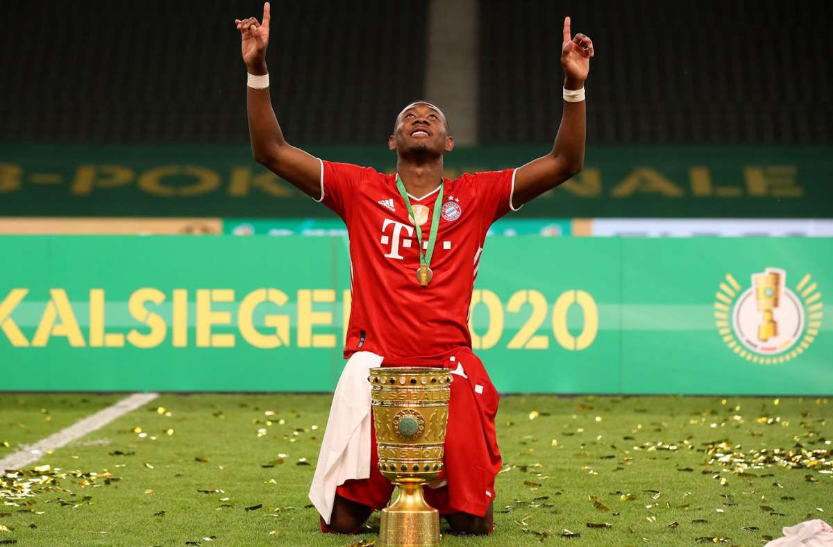 Abwehrspieler und Torschütze David Alaba schickt nach dem Cupgewinn Grüße gen Himmel. Foto: dpa/Alexander Hassenstein
