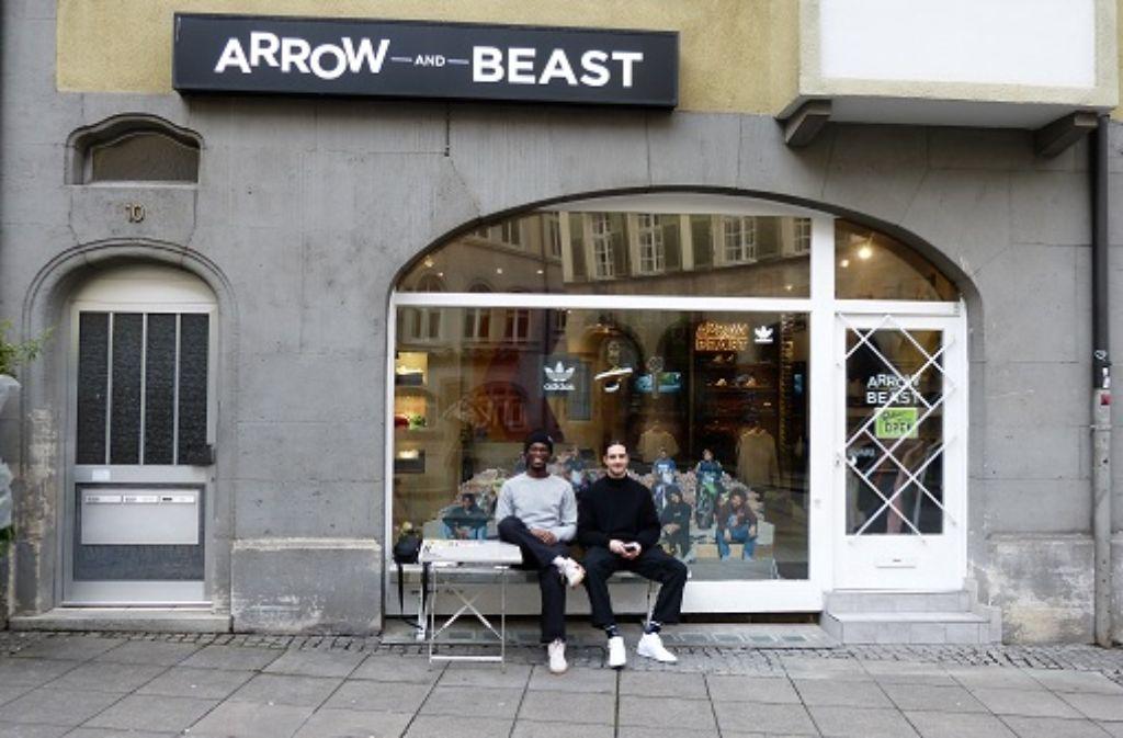 Arrow & Beast Store Manager Yaw Kyeremeh (links), betreibt auch das eigene Label Smile SB. Neben ihm sitzt einer seiner Shop-Team-Fahrer Angelo Kaiser. Foto: Martin Elbert