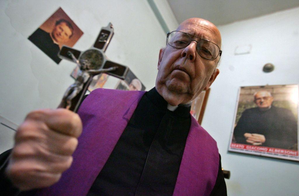 Der Exorzist: Das Foto aus dem Jahr 2005 zeigt den bekanntesten Exorzisten der Katholischen Kirche –  Gabriele Amorth bei der Ausübung seiner Arbeit. Foto: AFP