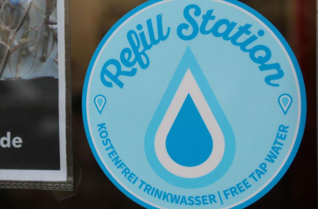 Anhand von diesem Aufkleber kann man erkennen, dass es in dem Laden kostenloses Trinkwasser gibt. Foto: Jacqueline Fritsch
