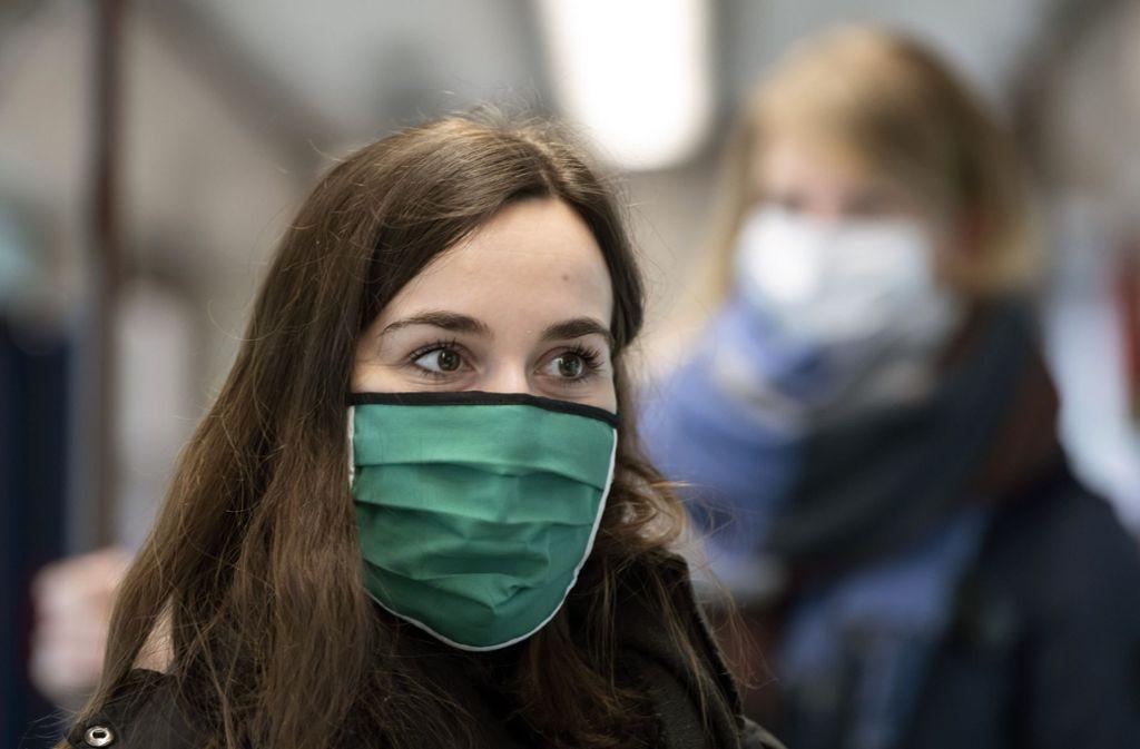 Viele Menschen tragen aus Angst vor einer Infektion mit dem Coronavirus einen Mundschutz. Manche bezweifeln, dass das nötig ist. Foto: AP/Jens Meyer